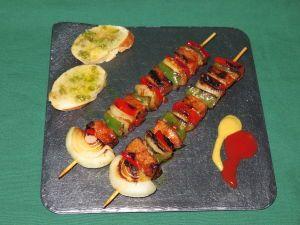 eceta de brochetas de ternera adobada con verduras