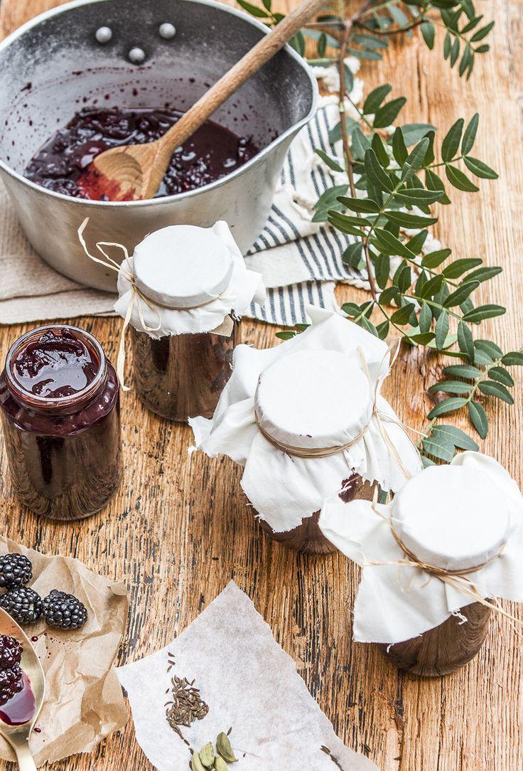 Wir haben ein unglaublich köstliches exotisches Brombeer Chutney Rezept von unserer kreativen Ernährungsexpertin Sonja für Euch! Es schmeckt besonders lecker zu Fleisch oder einer Käseplatte.