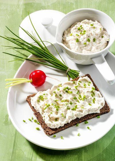Rezept für Kräuterquark auf Vollkornbrot mit viel Eiweiß - und weitere leckere Magerquark-Rezepte zum Abnehmen ...