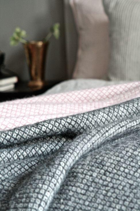 Klippan pläd, rosa, svart, grått sovrum studio karin