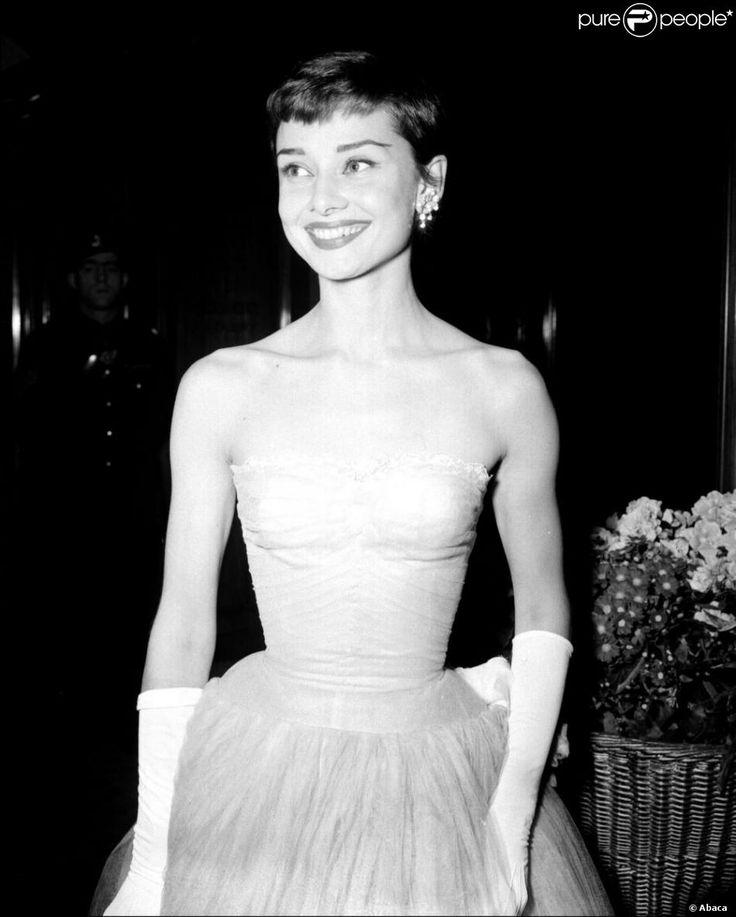 Dans les années 50, Audrey Hepburn brillait dans tous les galas de l'époque. Ici, avec une robe blanche serrée à la taillequi ressemble beaucoup à celle que portait la prince Catherine le soir de son mariage. 10 mars 1955