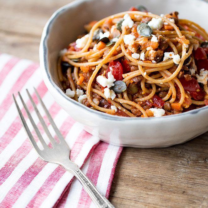 Ein paar Kirschtomaten, ein bisschen Feta und eine Handvoll Linsen - mach aus deinen Spaghetti ein herrlich fruchtiges Pastavergnügen.