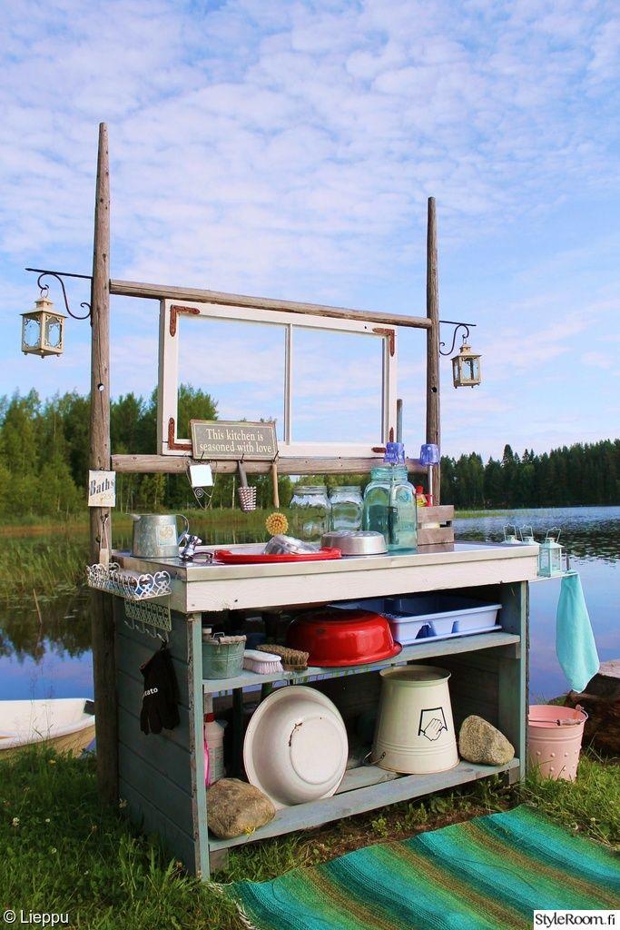"""""""leenakarhunen"""" toteaa, että aurinkoisella paikalla tiskaa jopa ihan huvikseen. Tämä on oikea asenne! #styleroom #inspiroivakoti #mokki #diy #kesäkeittiö"""