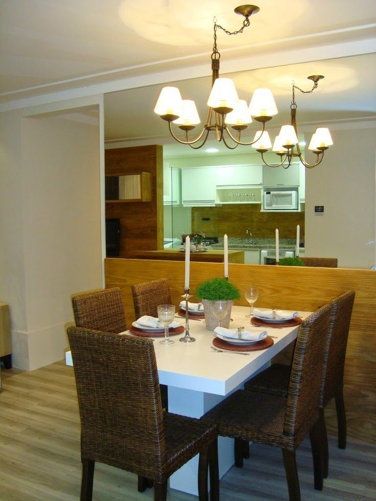 sala de jantar com cadeiras em fibra