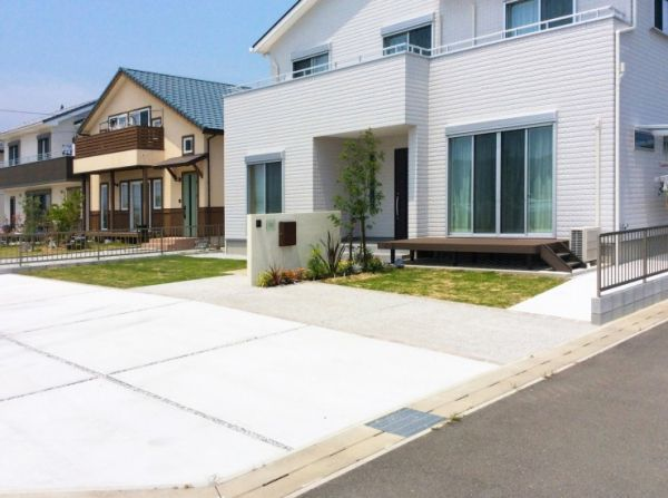 広い駐車場と子どもが遊べる芝生の庭 浜松市 W様邸 ホームウェア 庭