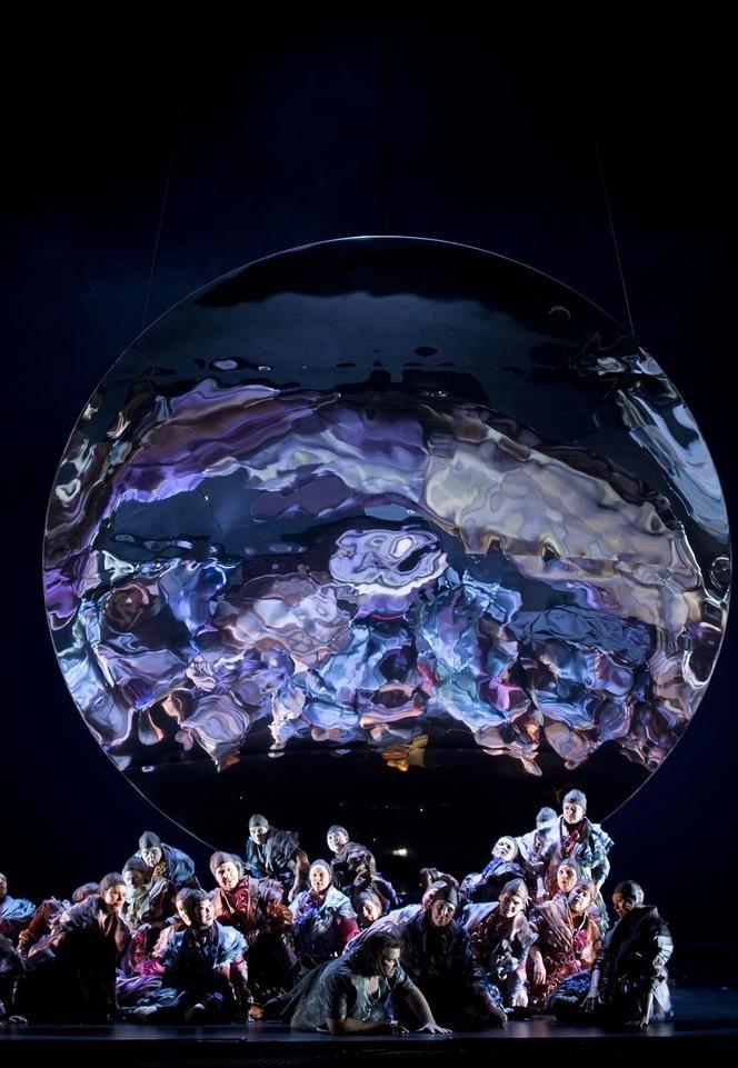 Parsifal, akte 2: een lege ruimte onder een ronde megaspiegel van gepolijst metaal.