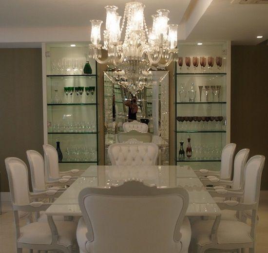 Um móvel que sempre chama atenção são as cristaleiras. Clássicas ou modernas elas são ótimas para dar um toque a mais na decoração das salas de jantar ou estar. Mas a cristaleira, apesar do nome, é…