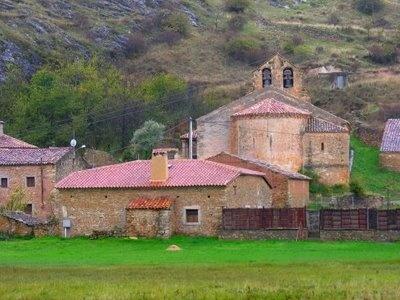 vista de la iglesia de la pequeña villa de Lumías, en el suroeste de la provincia de Soria