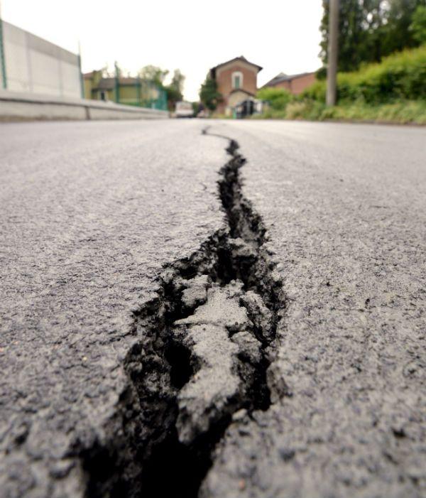 #terremoto in Emilia, la crepa nell'asfalto a San Carlo. http://www.ilpost.it/2012/05/20/le-foto-del-terremoto-in-emilia/attachment/144886860/ via @ilpost