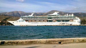 Splendour of the Seas (now TUI Discovery). (Στο Αργοστόλι). Ιδιοκτησία: TUI. Διαχείριση: TUI Cruises/Thomson Cruises. 1995 ~ 2016 Splendour of the Seas. 2016 ~ present, Tui Discovery. Σε υπηρεσία στις 31/03/1996. 69.130GT ~ 264 μ.μ ~ 32 μ.πλάτος ~ 50 μ.ύψος ~ 11 κατ/τα ~ 24knots ~ 2.076 επ. ~ 720~750 α.πλ.