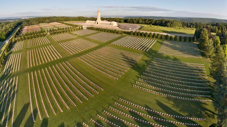 L'ossuaire de Douaumont, en Lorraine, fut créé après la bataille de Verdun. Sous les dalles d'une crypte de 137 mètres de long, il recueille les ossements d'environ 130 000 soldats français et allemands inconnus. Il fait face au cimetière de Fleury qui regroupe les tombes de 16 142 combattants.