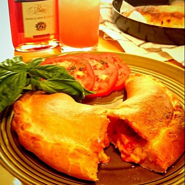 今日のカルツォーネ(^_-) ピザソース、たっぷりチーズ、 ニンニク塩こしょうで炒めた 玉ねぎ、トマト、ウインナー、 エリンギ、セロリがはいっています。 三女「ママ~レストランみたい!」 …夏休み、ぼちぼち頑張ります(遠い目…) 高校生の長女は、毎日 夏課外ですが おにぎりのみで、お弁当はお休みです。 - 334件のもぐもぐ - カルツォーネ、いただきま~す by usakame