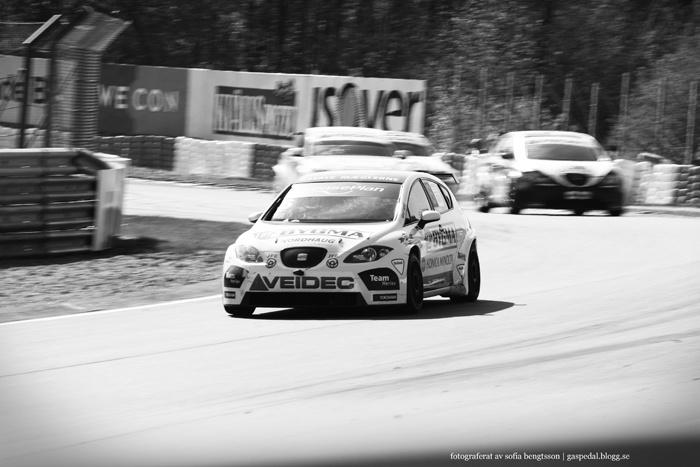 STCC-föraren Jason Watt under ett race på Knutstorp. #racing #motorsport #car #bil #cars #bilar #seat #leon #speed #bw #blackandwhite #blackandwhitephotography #svartvitt #photography #foto
