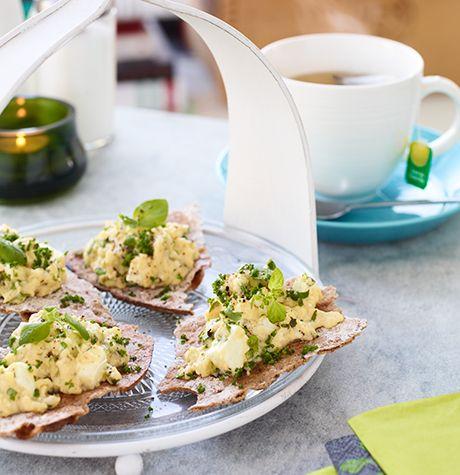 Knäcke med äggröra och fetaost - Svenska Ägg