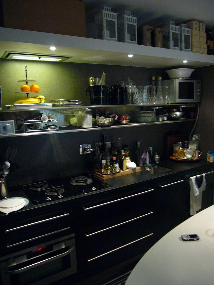top cucina in nero assoluto fiammato realizzazione BlancoMarmo.it / Arredi realizzati da Oggetti.it / design by LauroGhedini.com
