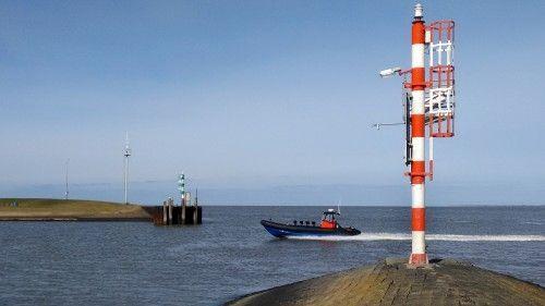 De toegang tot de haven van Lauwersoog.
