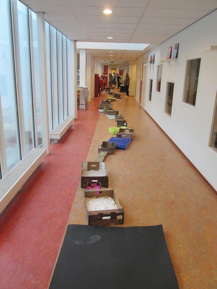 Het blote voeten pad van de Nutsschool Maastricht. De kleuters hebben deze samen met de peuters van de Peanuts gelopen als inleiding van het Thema Lente.