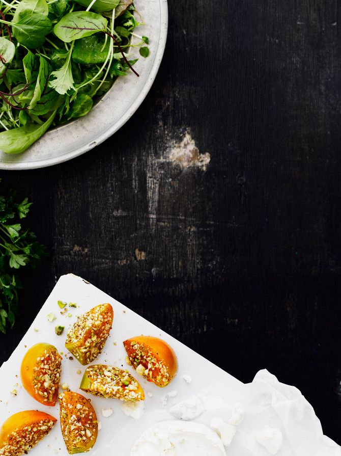 Hienostunut dukkah-sharonsalaatti