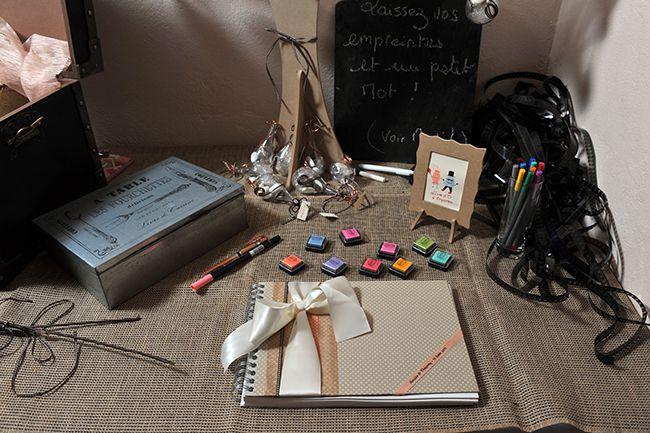 livre d'or : laisser un pot à crayons et des tampons+encre pour décorer