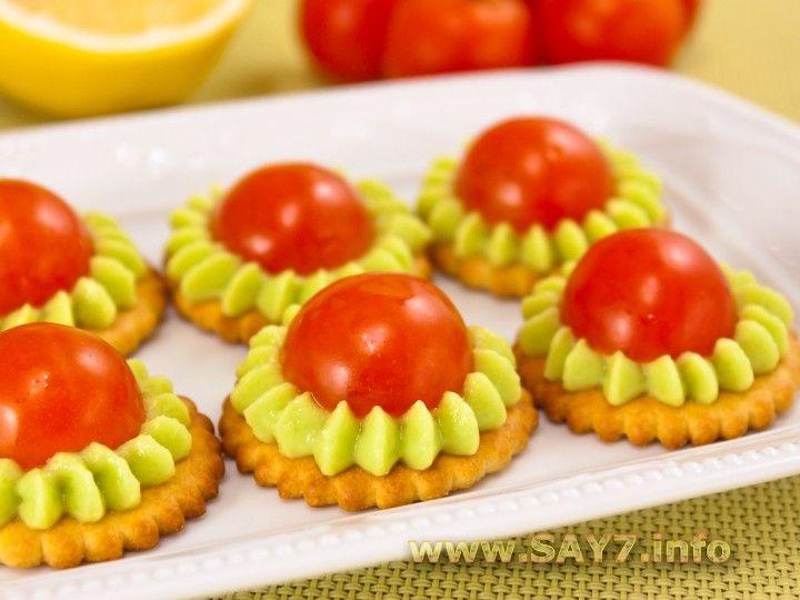 Крекеры с авокадо и помидорами черри - только остроты надо добавить в крем