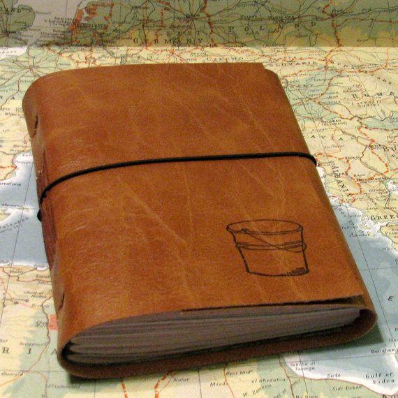Giornale di lista di secchio con mappe come un diario di viaggio nella Gazzetta di ecopelle di tremundo