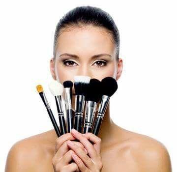 Gebruik make-up kwasten voor een flawless make-up look and no dirty hands. Lightinthebox en E.L.F. heeft goedkope, goede make-up kwasten en penselen.