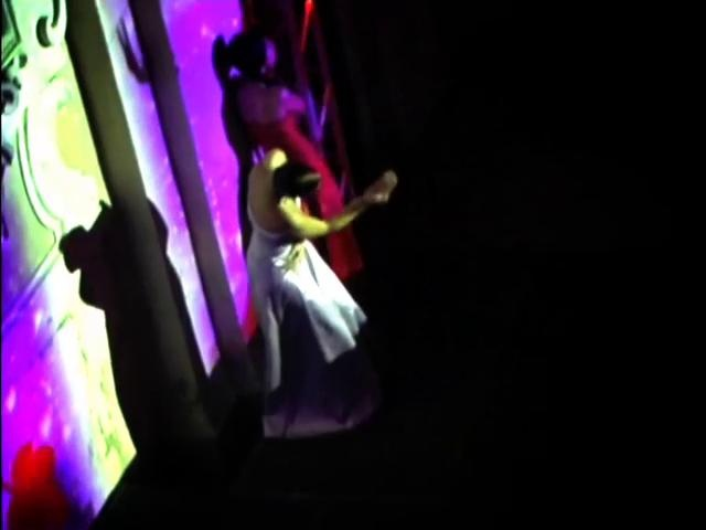 Dentro alla danza, dentro alla scena, in mezzo ai corpi, senza confini né barriere, senza un fronte e senza un retro. Una straordinaria location in cui spirito e materia trovano finalmente un equilibrio. Danza contemporanea a braccetto con il pubblico, nella eccezionale cornice della Chiesa di San Carlo.  danza: LTDance Project videoproiezioni: Jessica Incerti Telani