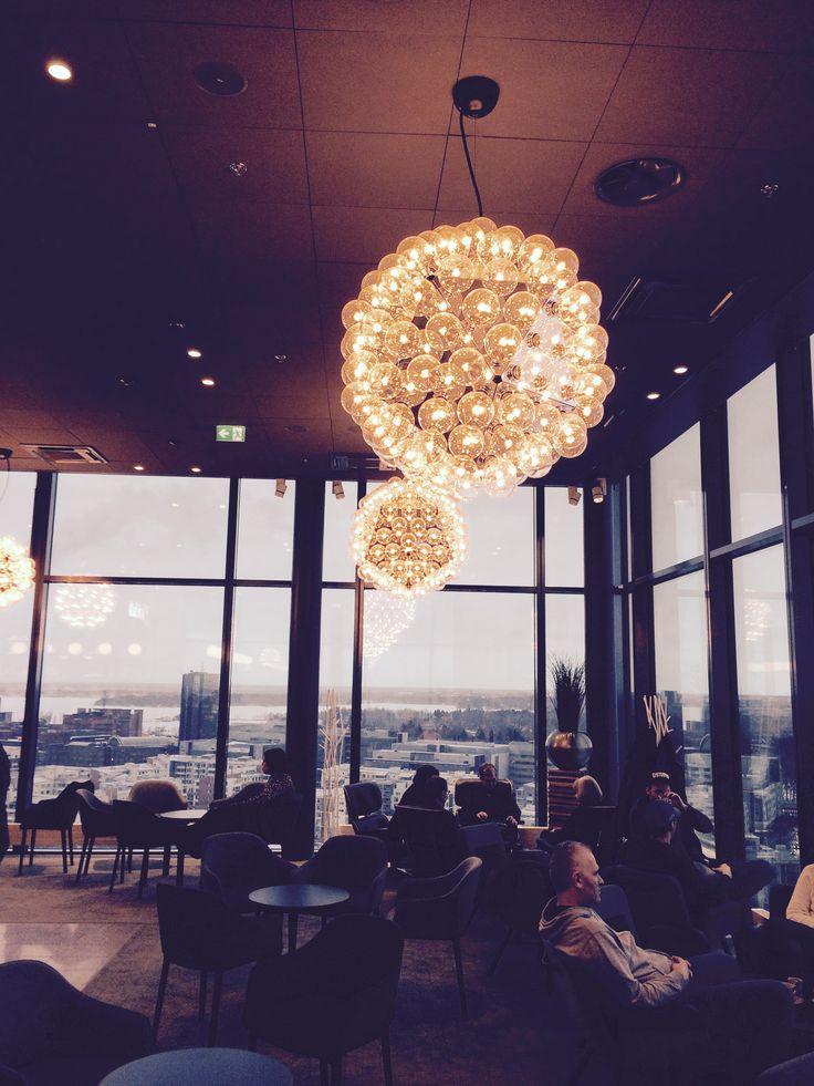 Clarion Helsingin Sky Barista on mahtava näkymä Helsingin kattojen yllä.