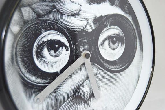 He encontrado este interesante anuncio de Etsy en https://www.etsy.com/es/listing/549427631/reloj-fornasetti-restaurado-grande