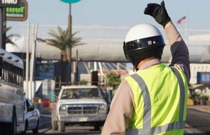 Chihuahua.- A los agentes de vialidad y tránsito les prohibieron usar lentes oscuros y cachuchas para protegerse del sol, a pesar de que su trabajo es andar todo el día en la calle.  Mencionan que...