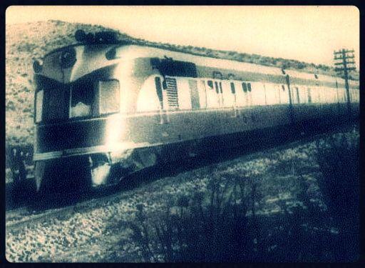 https://flic.kr/p/cRhFmS   Flecha en su primer viaje Valparaiso a Santiago Mayo de 1940   El Flecha del Sur, Express three-car diesel unit AM-103 from MAN with dining room, at Santiago. En la década de 1935, debido a los éxitos obtenidos por los ferrocarriles alemanes en los años posteriores a la crisis mundial, y aprovechando la entrega de las locomotoras a vapor, Chile envía a Alemania a algunos ingenieros para estudiar su sistema ferroviario. En Chile se seguía observando con interés el…