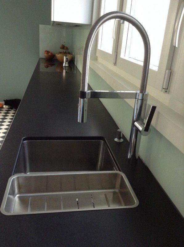 Moderne schwarz-weiße Küche mit Holztisch - Fertiggestellte Küchen ... | {Moderne küchen g form 91}