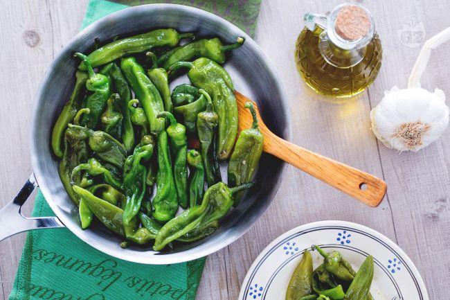 I friggitelli in padella, o peperoni friarielli, sono un contorno semplice e veloce da preparare, da accompagnare a piatti di carne o pesce.