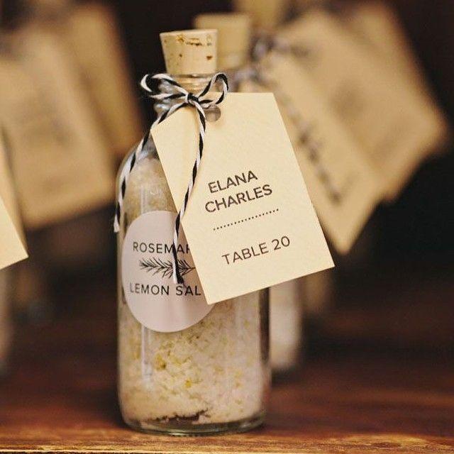 Warto pomyśleć o ciekawych i przydatnych prezentach dla gości weselnych. Nasze pomysły na http://blog.planujemyrazem.pl/najbardziej-przydatne-prezenty-dla-gosci/ #goscieweselni #prezentydlagosci #weddingfavors #weddingfavours #weddingguests #escortcards #placecards
