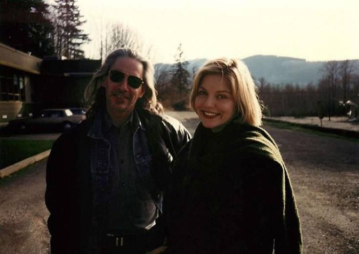 Behind the scenes with Frank Silva and Sheryl Lee, just outside the Twin Peaks Sheriff Department.