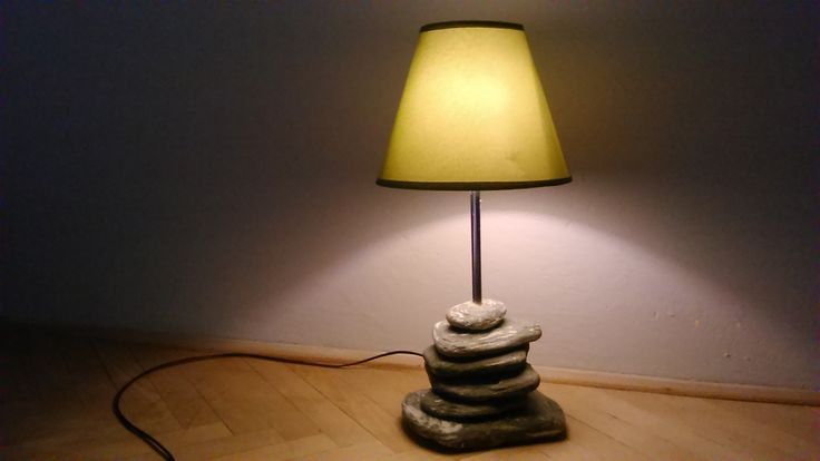 Zelené kameny, zelené stínítko, LED žárovka.