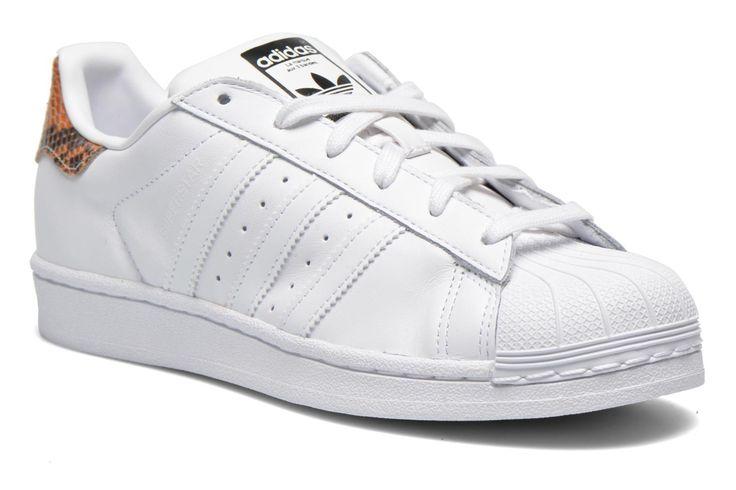 Adidas Originals – Schuhe, die bereits fast ein Jahrhundert lang die Füße stilsicherer Männer und Frauen zieren. Die ersten Prototypen entstanden in Mutters Waschküche ihres Erfinders Adi Dassler. Berühmt wurden sie als Sportschuhe, die von Sportlern alle ...