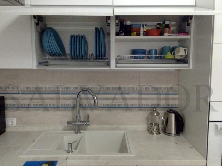 Хранение посуды на кухне. Фасады открываются вверх (Aventos HK).