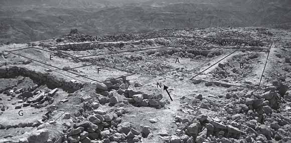115/ HORIZON MOYEN. TIWA-WARI. Foto de la chichería en el sector B del Cerro Baúl: (A) un patio trapezoidal donde la fermentación fue realizada;  (B) un cuarto con piedras para la molienda; (C) el área de hervido de la chicha; (D) una posible área de almacenamiento;  (E) un cuarto con batanes planos para molienda y evidencia de germinación de maíz (F) y, (G) una plaza con nichos en el muro este.
