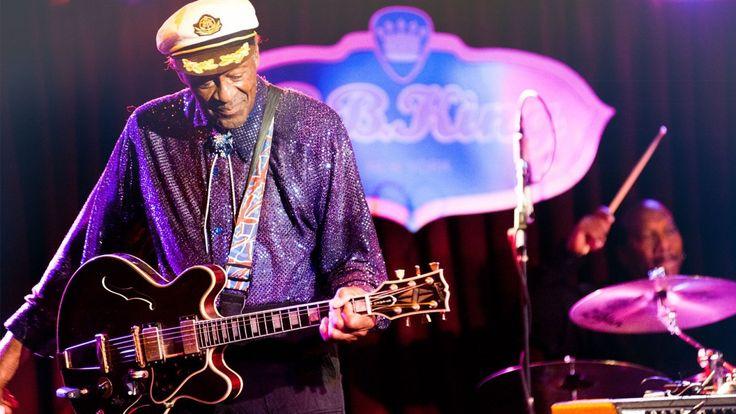 """Chuck Berry, lenda do rock, morre aos 90 anos -   O músico Chuck Berry, um dos pioneiros do rock, morreu neste sábado (18) aos 90 anos no Missouri, nos Estados Unidos, informa a polícia local do condado de St. Charles. O guitarrista lendário foi encontrado em sua casa já sem sinais vitais. A causa da morte ainda não foi revelada.  """"O - http://acontecebotucatu.com.br/nacionais/chuck-berry-lenda-rock-morre-aos-90-anos/"""