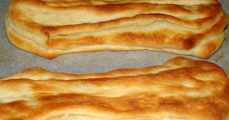 Mennyei Eredeti pacsni recept! A pacsni érdekes technológiával készülő hagyományos, magyar sütemény. Sajnos egyre kevesebb lehetőség van a pékségekben a kézi gyártásra és a vásárlók sem tudnák megfizetni. Néhány pékség próbálkozik gépi osztással pacsnit gyártani, ami azt eredményezi, hogy a zsiradék elkenődik a tésztában, nem alakul ki a ropogós, enyhén leveles szerkezet.
