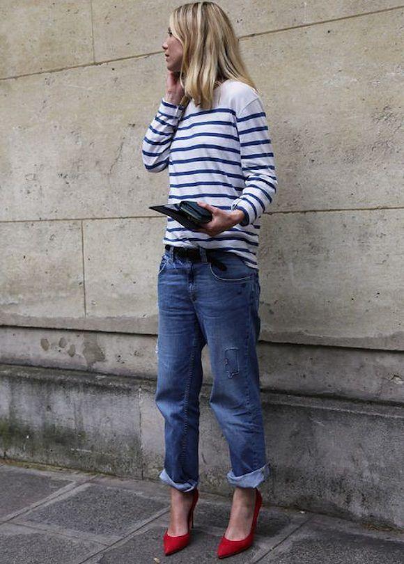 Rien de tel que des escarpins rouges pour booster le duo marinière et jean boyfriend : http://www.taaora.fr/blog/post/look-mariniere-boyfriend-jean-escarpins-rouges-talon-haut #streetstyle #look #outfit