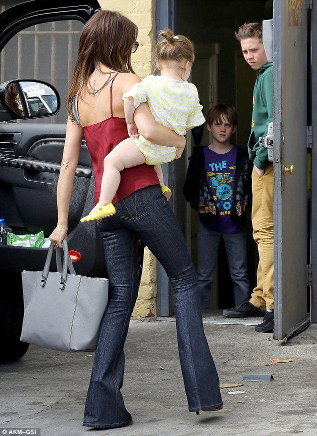 La madre de cuatro hijos llevaba una camiseta roja y azul y pantalones vaqueros en Los Angeles