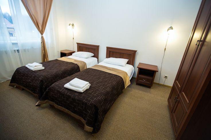 Номер Стандарт Однокомнатный уютный номер: кровать (DBL или TWIN), рабочий стол, стул, телевизор, шкаф для одежды. Санузел. К Вашим удобствам: Бесплатный WiFi Телевизор Душ Туалет