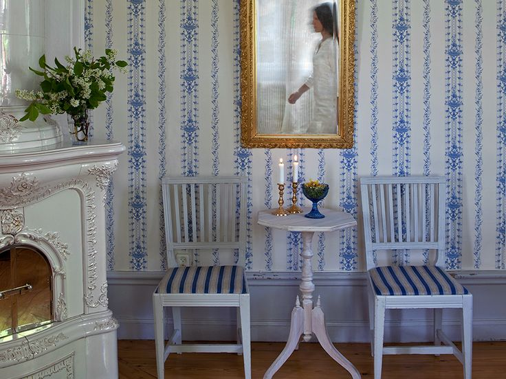 'Västansjö' (064-06). This gustavian wallpaper has a stricter character than the Rococo wallpaper. Stripe pattern composed of floral tendrils and curving tips are typical of this period and are found in the wallpaper from Bergmangården in Västansjö. The farm was built in the early 1800s and the wallpaper is from the same era.
