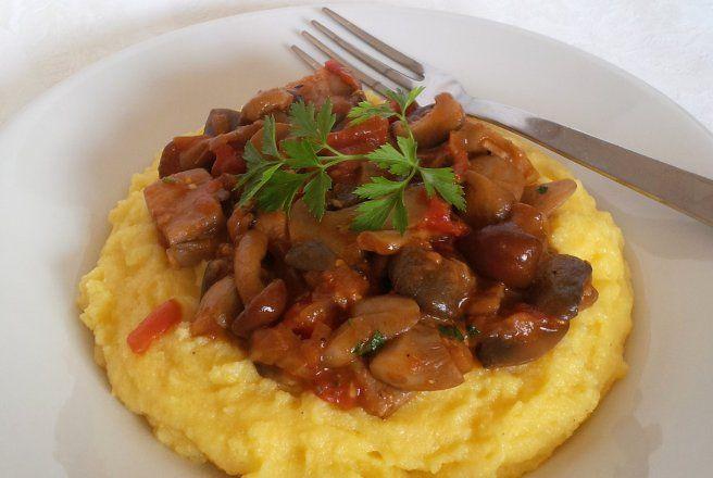 Retete Culinare - Ciuperci cu rosii pe pat de mamaliga