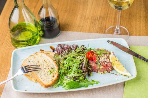 Ein sommerliches Thunfisch-Tartar mit viel Minze, Avocado und ein bisschen Chili. Ein Vorspeisen-Gericht welches am besten zu Weißwein schmeckt.