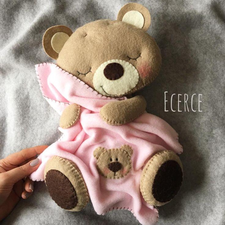 vee 30 cm pembe battaniyeli ayıcık😌🖤 #keçe #felt #feltro #fieltro #kapisusu #kecekapisusu #ecerce #tasarim #babyroom #hediye #handmade #elyapimi #babyroomdecor #baby #babygirl #bear #feltbear #bearlove #teddybear #sleepingbear #ayıcık #craft #feltcraft #dogumhediyesi #hosgeldinbebek #babygirl #instahobby #magnet #kecemagnet #bebeksekeri #bebekmagnetleri
