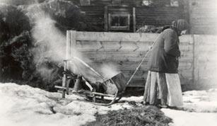 SKS vuotuisjuhlat. Pääsiäinen. SKS 3723, Paavola. Kaisa Takalo vetää kiiraa. Kuvattu n. 1910-luvulla. Kuvaaja Samuli Paulaharju