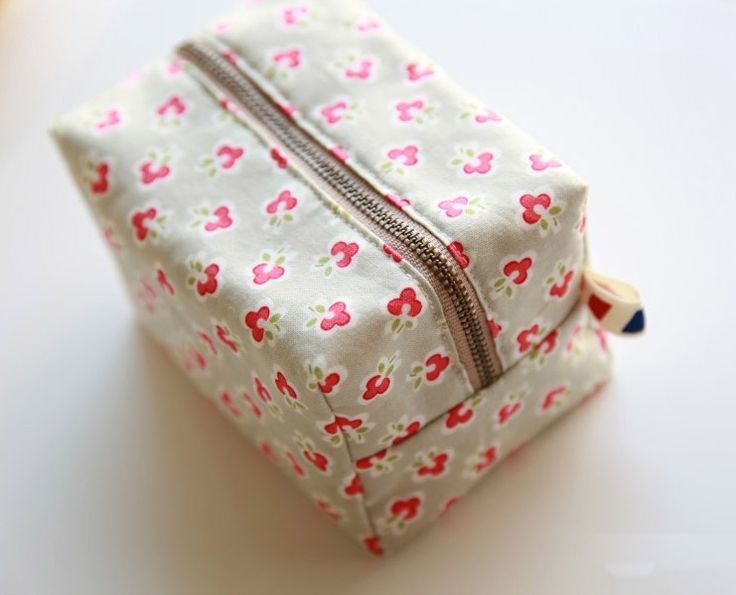 How to make cute block zipper pouch / handbag. DIY photo tutorial and template pattern.How to make cute block zipper pouch / handbag. DIY photo tutorial and template pattern.